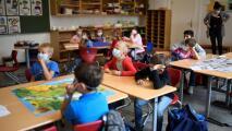 Illinois hace obligatorio usar mascarilla en todas las escuelas sin importar si estudiantes están vacunados