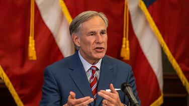 Administración de Biden demanda a Texas por la orden de Abbott para detener vehículos que transportan inmigrantes