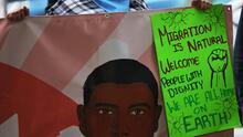"""""""Vamos a mantener la presión"""": permanecen frente a la casa de Schumer inmigrantes que piden camino a la ciudadanía"""