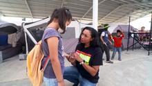 La voluntaria que sin hablar español cruza la frontera a diario para enseñar inglés