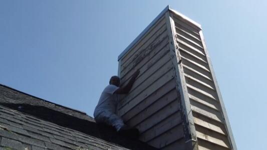 El azote de Ida: así sobrevivió a un tornado un hispano que quedó atrapado sobre el techo de una casa