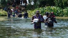 Familia de migrantes lucha por no ser arrastrada por la corriente del río en la frontera