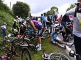 """""""Allez, Opi-Omi"""": el letrero que causó un accidente en el primer Tour de Francia con espectadores tras la pandemia"""