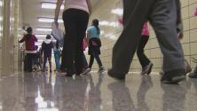 Miles de estudiantes vuelven a las escuelas de Nueva York a pesar de la polémica por medidas contra el coronavirus
