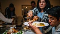 Si comiste demasiado durante la cena de Acción de Gracias, sigue estos consejos para sentirte mejor