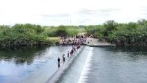 Imágenes de drone muestran la llegada de miles de migrantes a Del Río, Texas