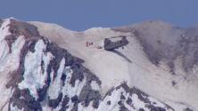 Escala una montaña para suicidarse, se arrepiente y un helicóptero lo rescata