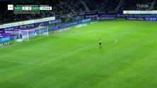¡Expulsión! El árbitro saca la roja directa a Luis Antonio Valencia.