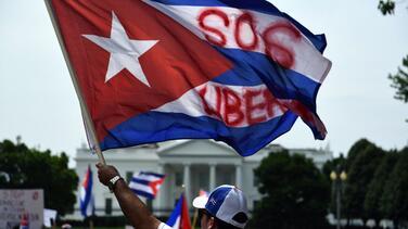 Miles de cubanos están en Washington en una masiva manifestación que va hasta la embajada de Cuba
