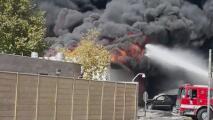 Tratan de determinar las causas de un incendio en Canoga Park que dejó tres heridos: lo que se sabe