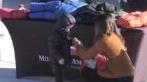 Organización bancaria y sus empleados donan abrigos para niños pobres en Salt Lake City