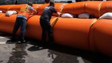 Tormenta Isaías: Resguardan con barreras algunas zonas del Bajo Manhattan para evitar inundaciones