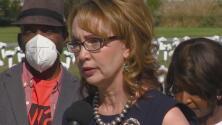 Gabrielle Giffords devela monumento en memoria de las víctimas de la violencia armada