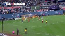 Stefan Cleveland ataja un potente balón con el pecho y evita el segundo gol de David Villa