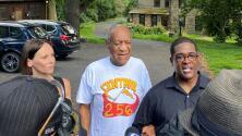 Imágenes de Bill Cosby al llegar a su casa luego de que una corte le anulara condena por agresión sexual