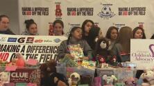 Un grupo de estudiantes apoyan a niños que han sido abusados física y sexualmente