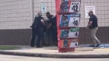 Video capta altercado entre oficiales de policía del condado Harris y joven hispana