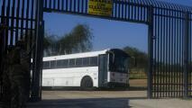 Comienza el procesamiento de migrantes que esperan bajo un puente en Del Río en Texas