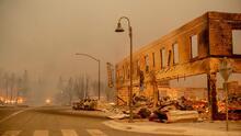 Incendios forestales en California se fortalecen y uno de ellos destruye completamente una ciudad histórica