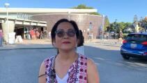 Mujer acude a votar en persona porque afirma que no confía en el sistema de correo