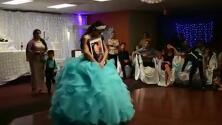 El baile de una quinceañera con el retrato de su padre difunto que emociona a las redes