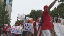 La larga jornada en Fort Worth de opositores y defensores de la ley SB4