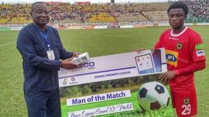 Jugador del Partido en Liga de Ghana recibe celular como premio