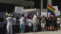 Cientos de comerciantes en Miami Beach protestan contra la propuesta de limitar la venta de alcohol en la playa