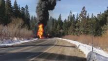 Choque entre un camión que transportaba combustible y una grúa provoca la muerte de dos personas en el condado Placer