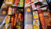 """""""Es maravilloso"""": personas en Los Ángeles reciben tarjetas de regalo a cambio de fuegos artificiales"""