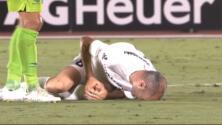 Terrible entrada a la rodilla de Andrés Iniesta hizo temer lo peor