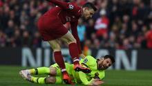 Robertson se disculpa por gesto con Messi en el Liverpool-Barça