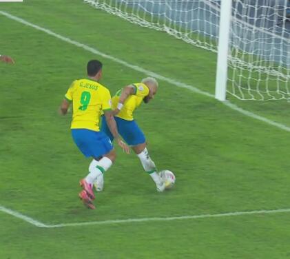 ¡Sin arquero! Neymar revienta el balón contra el palo