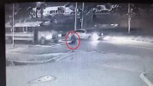 Peatón es atropellado por un carro y luego es arrastrado por un autobús en Florida