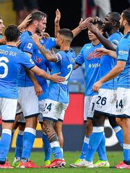 Napoli derrota al Genoa 2-1 durante la segunda Jornada de la Serie A. Fabián Ruiz Peña abrió el marcador a favor de los locales (39'), pero los 'rossoblu' empataron gracias a la anotación de Andreas Cambiasso al 69', pero ya al filo del partido, Andrea Petagna le dio la victoria a los de Spalleti. Hirving Lozano arrancó de titular el encuentro.