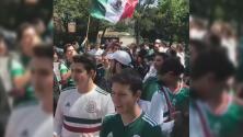 Mexicanos brindan con tequila con el embajador de Corea del Sur para celebrar su clasificación a los octavos de final del Mundial