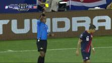 Tarjeta amarilla. El árbitro amonesta a Cristian Gamboa de Costa Rica