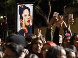 Hispano coloca gorra de Trump sobre estatua de Selena y desata una ola de críticas en redes sociales