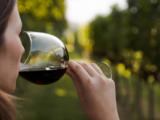 Las mujeres beben tanto como los hombres, pero sufren antes y más gravemente las consecuencias