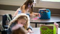 """""""Me preocupa que el virus llegue a casa"""": temor entre padres por casos de coronavirus en escuelas de sus hijos"""