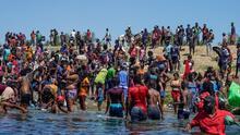 """""""Arrestar y encarcelar"""": Greg Abbott reitera las medidas que tomará sobre los migrantes que crucen la frontera"""