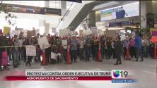 Protestantes contra las órdenes ejecutivas de Trump se reunieron en el aeropuerto de Sacramento