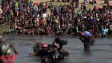 El impresionante timelapse que muestra a miles de migrantes cruzando en pleno día el Río Grande en hacia EEUU