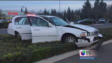 Pierde el control e impacta su auto contra restaurante en Modesto