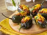 Jalapeños rellenos de carne molida y queso para botana, plato fuerte o tacos