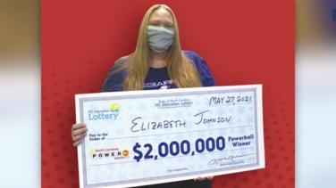 Mujer gana $ 2 millones en la lotería tras comprar boleto en el sorteo equivocado