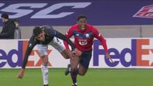 Edson Álvarez se la juega con barrida y evita el gol de Jonathan David