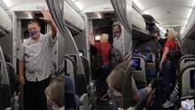 Los sacan de un avión con destino a Houston por no usar mascarillas