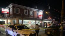 Discusión termina con un hombre hispano baleado a muerte en Pat's King of Steaks en el sur de Filadelfia