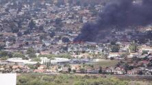 Varios muertos y una gigantesca nube de humo: una avioneta se estrella en un vecindario de San Diego